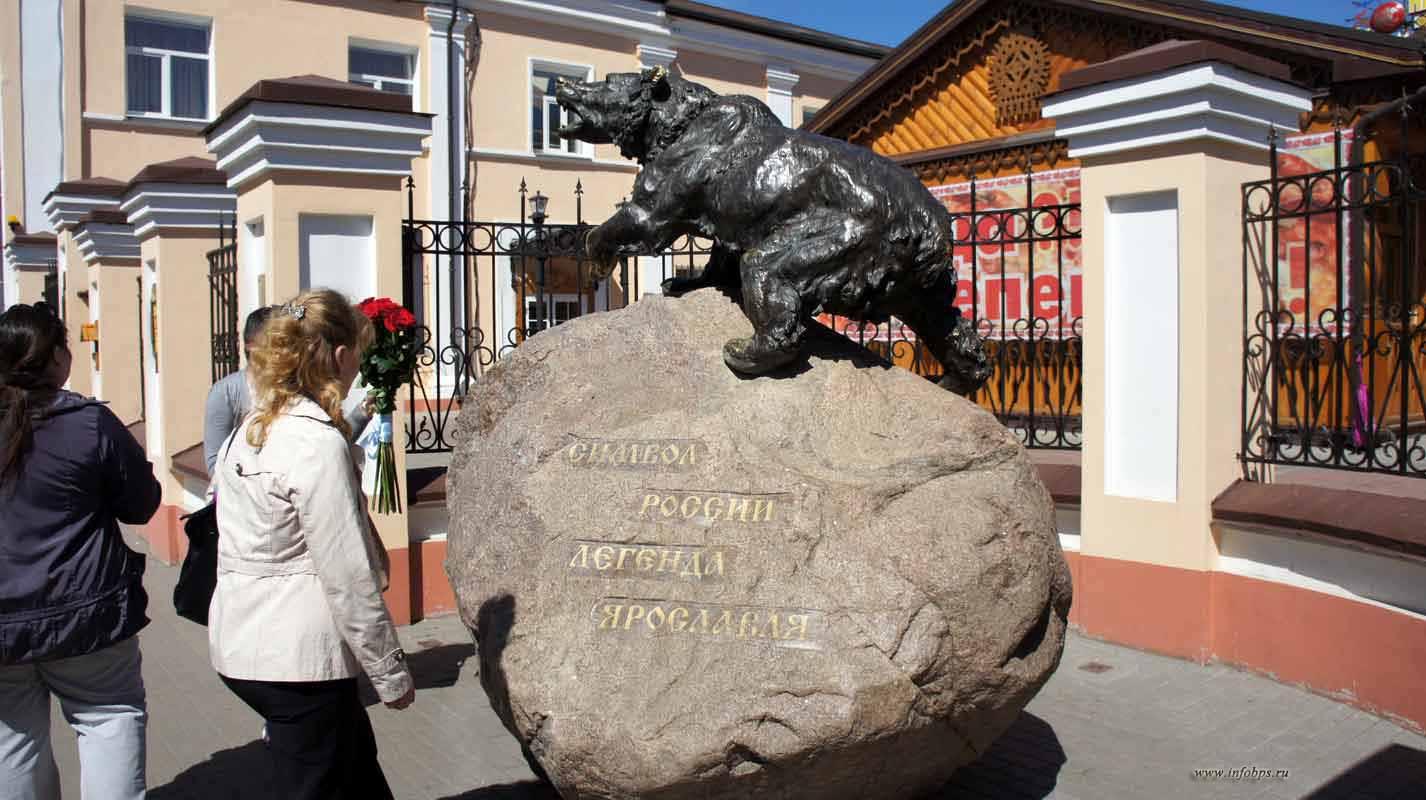 Скульптура медведя. Бурый медведь является символом Ярославля.