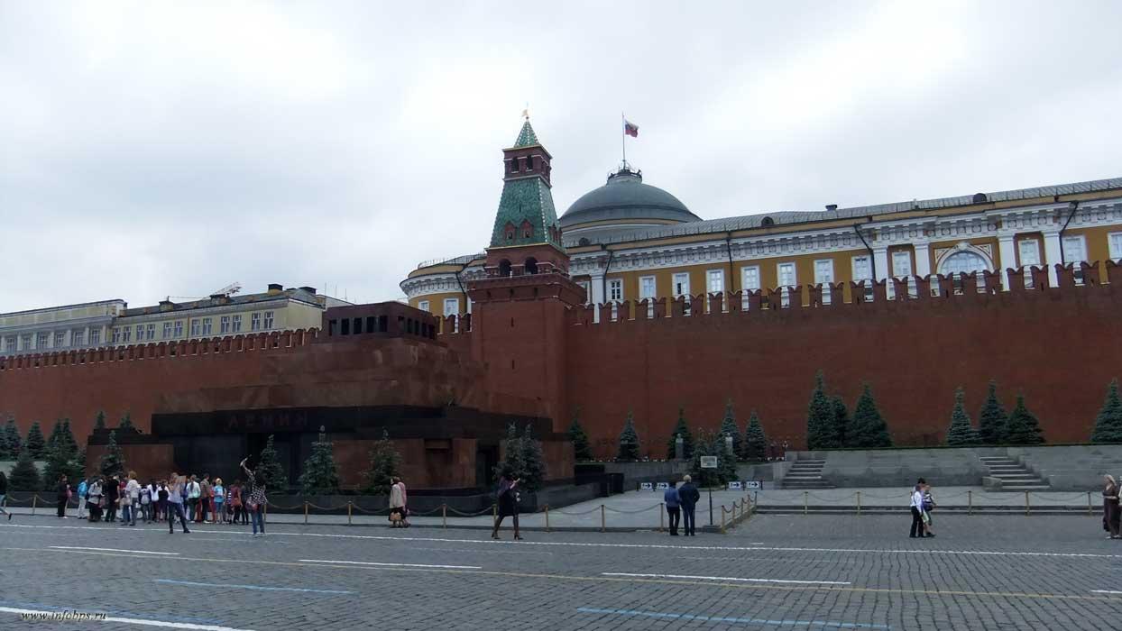 Москва. Мавзолей, в котором похоронили Ленина.
