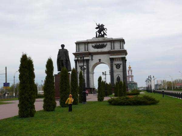 Триумфальная арка – это грандиозное сооружение поражающее своей красотой и величием.