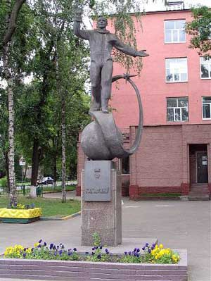 Памятник Юрию Гагарину установлен у входа в ремесленное училище, в котором учился Юрий в г. Люберцы.