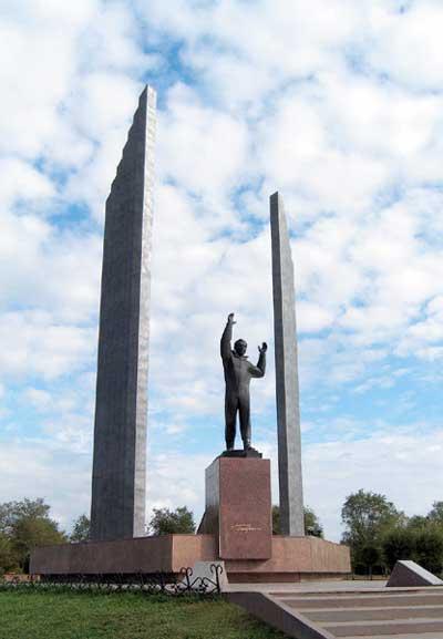 Памятник Юрию Гагарину установлен в Оренбурге