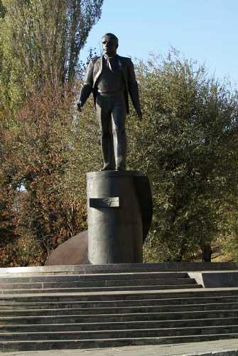 На площади Гагарина в Саратове 30 сентября 1995 года был открыт памятник Юрию Гагарину