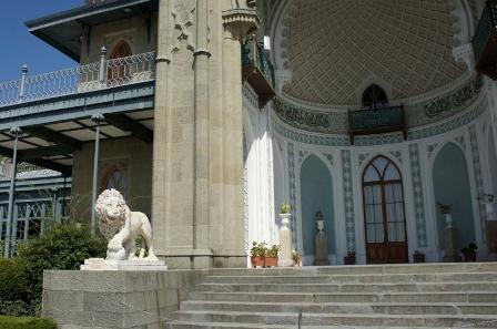 Алупка. Фото с экскурсии.Южный фасад дворца украшен скульптурами львов.