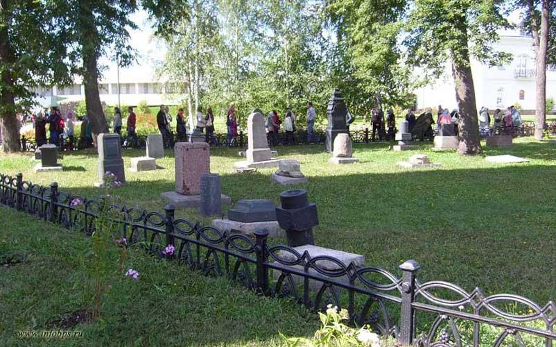 Древнее кладбище перед Храмом в честь Нерукотворного Образа Спасителя