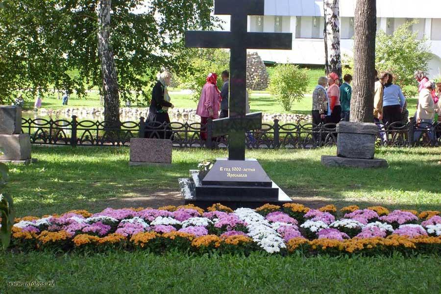 В честь 1000-летия Ярославля установлен крест.