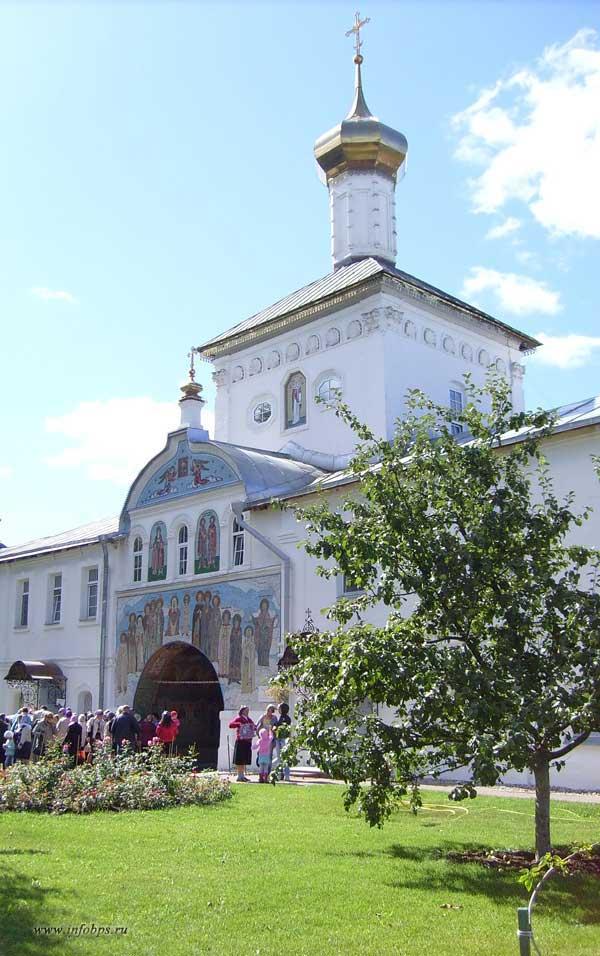 Надвратный храм в честь Святителя и Чудотворца Николая