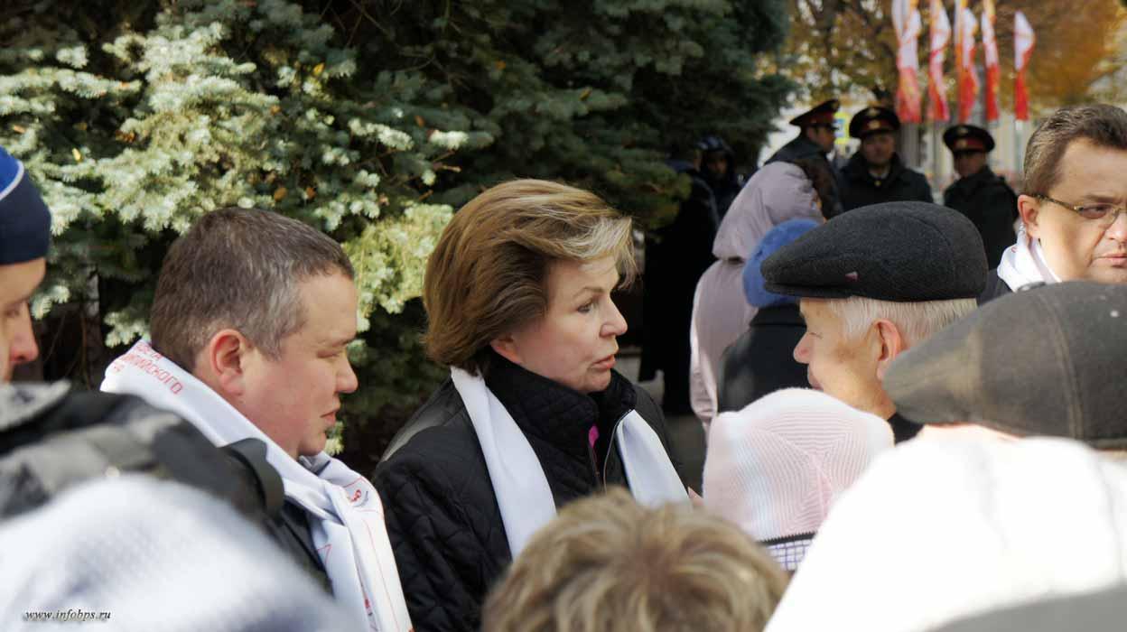 Валентина Терешкова в окружении народа после церемонии начала эстафеты Олимпийского огня в г.Ярославле
