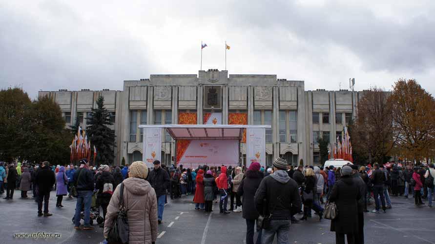 Ожидание Олимпийского огня на Советской площади.